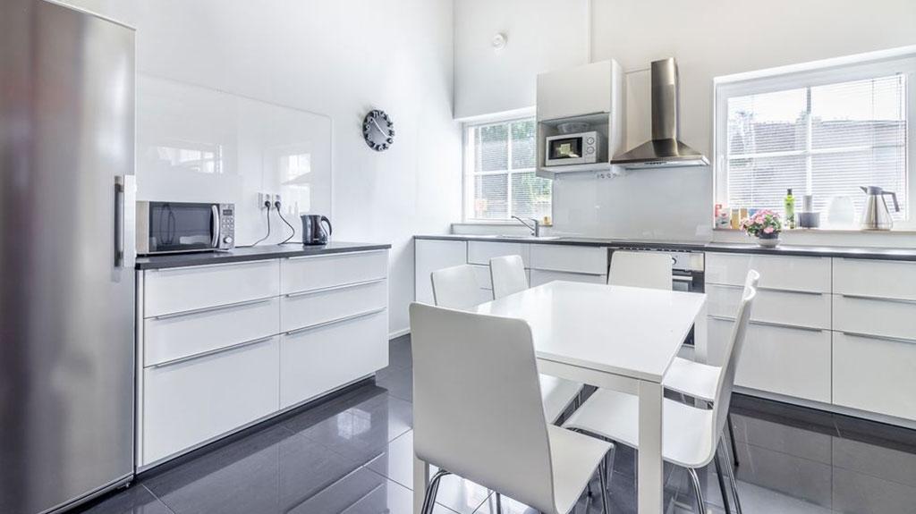 Myytävät toimitilat Helsinki Viihtyisät keittiö ja saniteettitilat