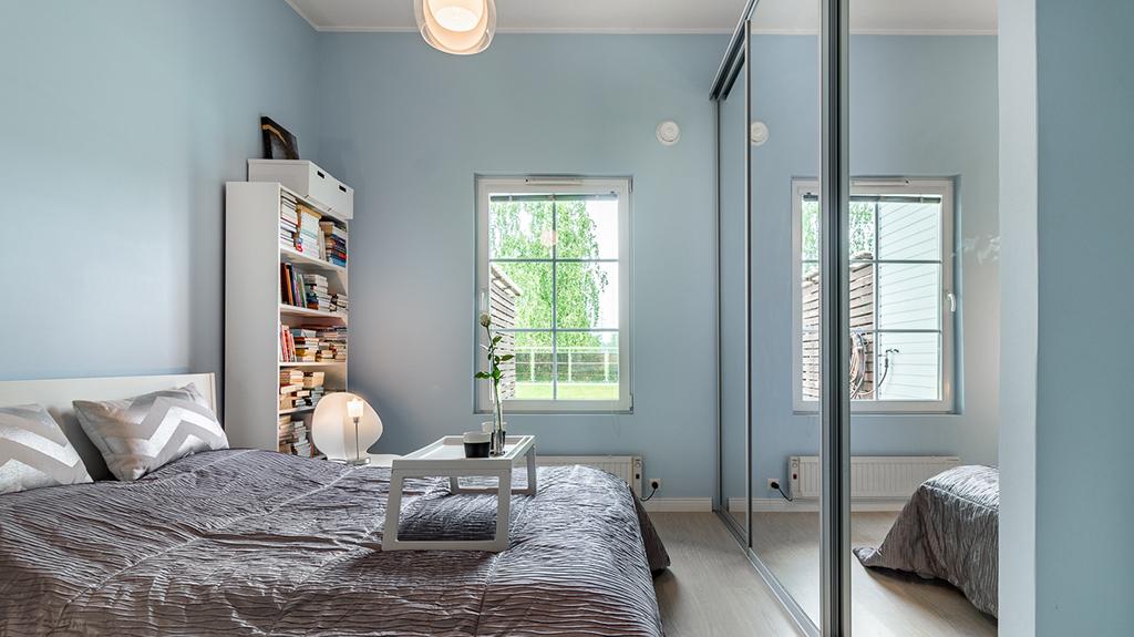 Myytävät asunnot Helsinki: rauhaisa makuuhuone isoilla peiliovilla