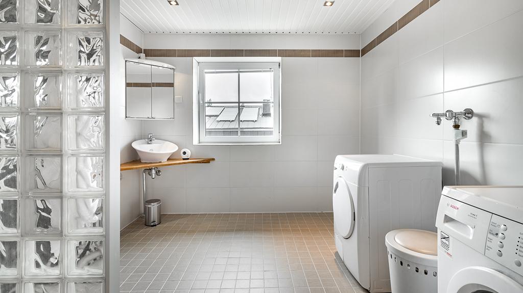 Myytävät asunnot Helsinki: valoisa ja tilava kylpyhuone